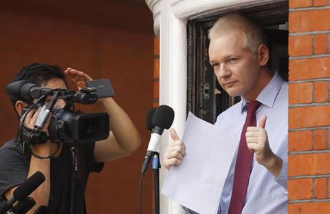 ...assange en el balcón de la embajada de ecuador en londres...